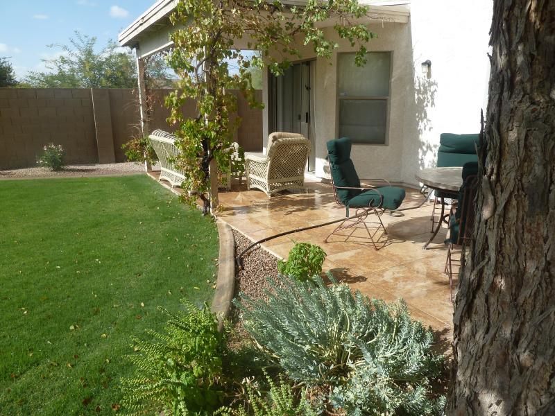 Schilderachtige achtertuin met een groot prive zwembad, en verschillende plaatsen om te vermaken