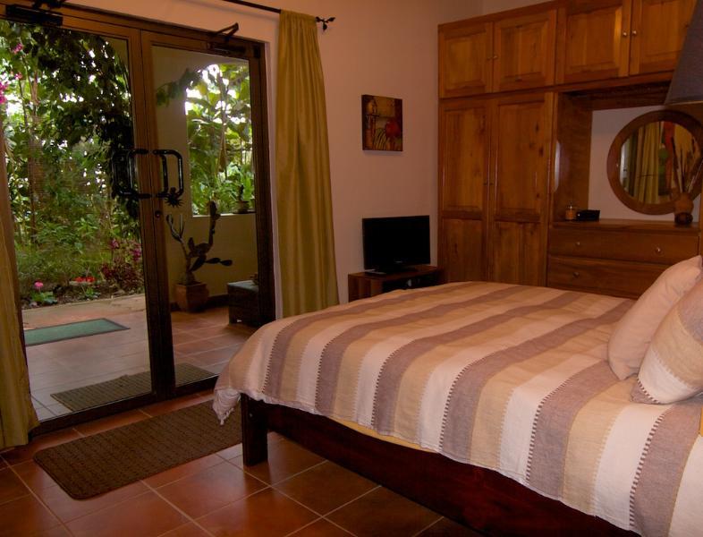 Mão crafted armários de madeira e vista para o jardim do terraço quarto