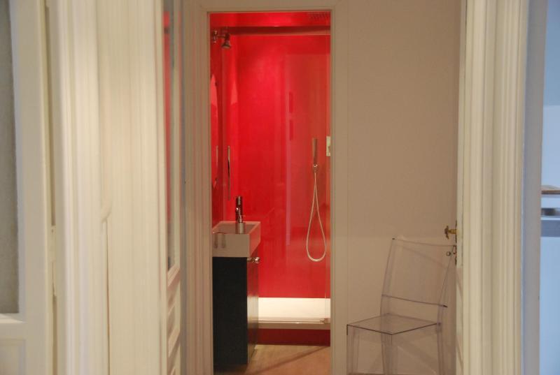 rot Badezimmer