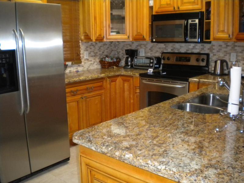 Ombyggda kök, rostfria vitvaror, ny diskmaskin, bänkskivor i granit