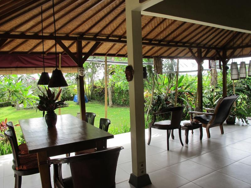salotto aperto con vista sul giardino