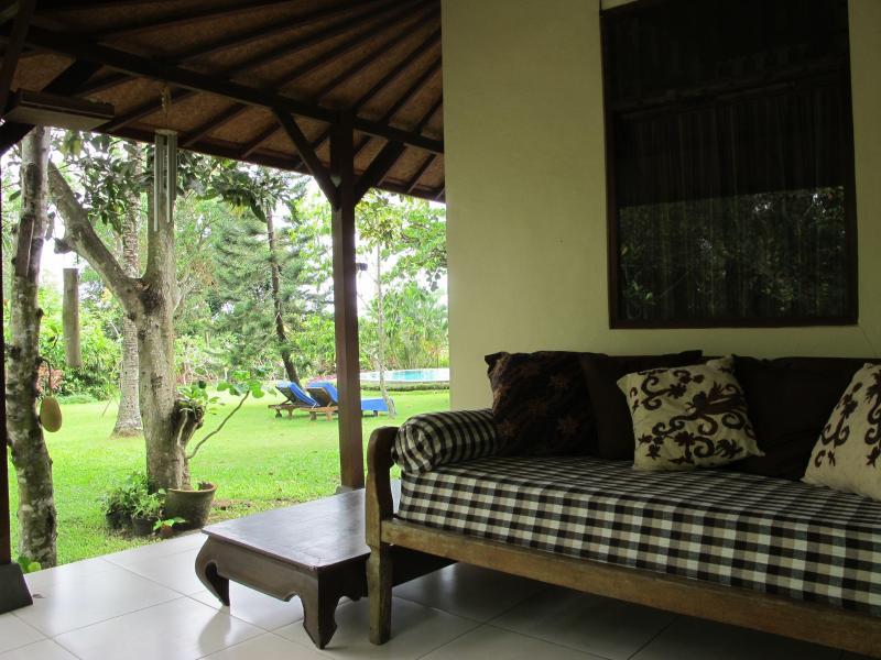 uno dei nostri divani nel retro della casa