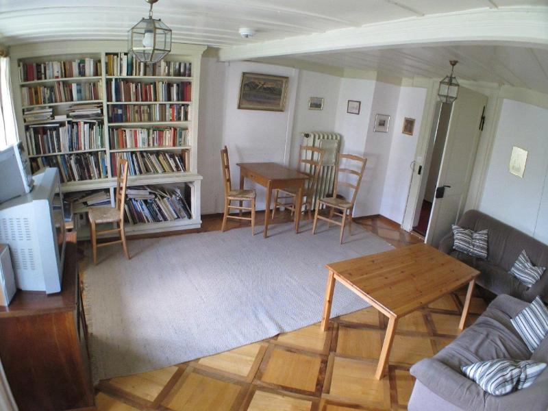 La sala de estar con biblioteca