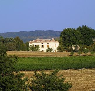 Lovely white stone country house in vineyard region of Southern France ~ Gatehouse, aluguéis de temporada em Cahuzac-sur-Vere