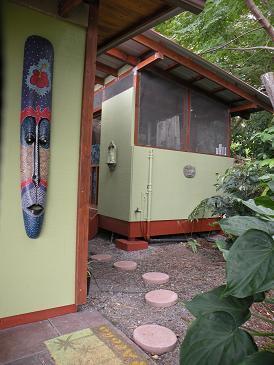 La salle de bains semi-extérieure détaché fournira une expérience rafraîchissante de hawaïen