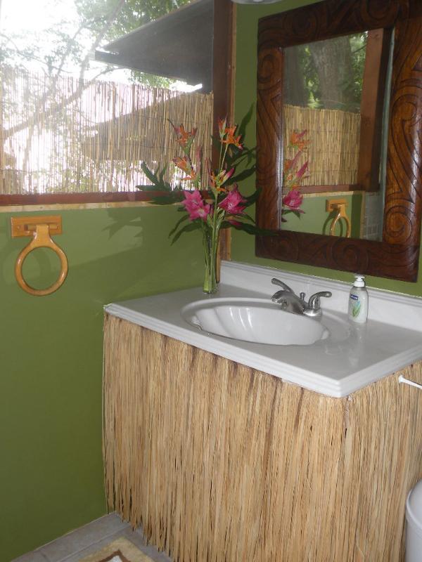 Une salle de bains propre et moderne pour votre confort.