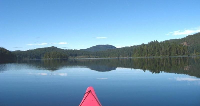 Pagayer sur les lacs ou l'eau salée