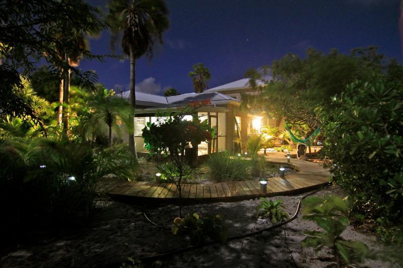 El patio defendido por la noche