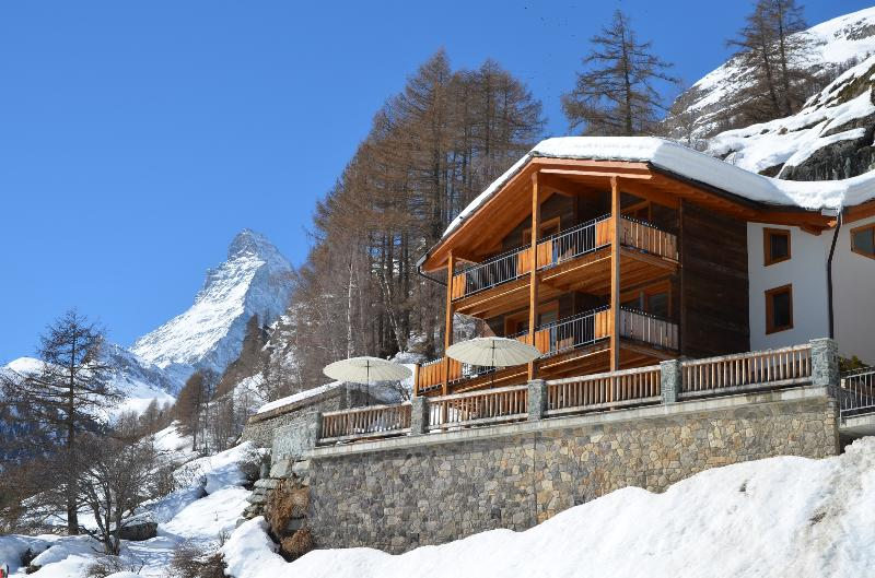 Free standing independent Chalet with 5 ensuite bedrooms, sauna, fireplace, exterior hot tub.