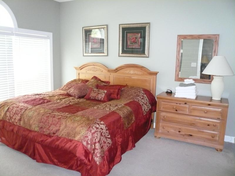 Master Bedroom King Bed golf course view ensuite bathroom walkincloset 22intv new carpets throughout
