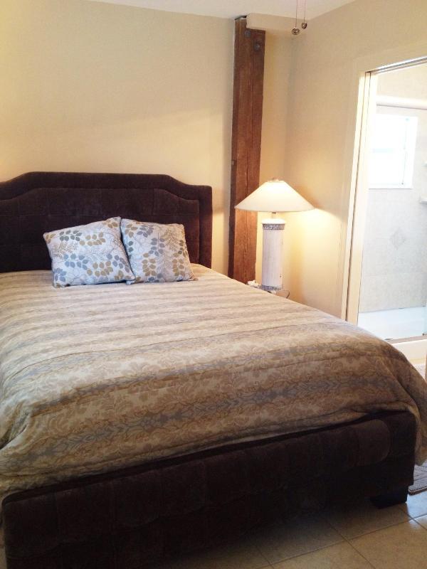 Tutti dicono che dormono bene in questo grande letto. C'è anche una TV in camera da letto.