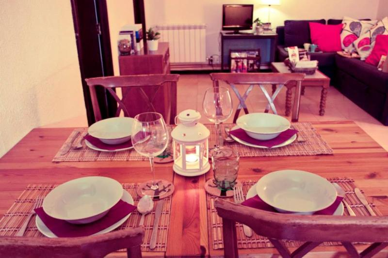 Dining room with extendible table for 6-7 people.