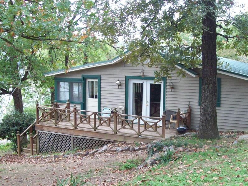 Semi Secluded  Cabin on Bluff overlooking Lake, vacation rental in Hot Springs