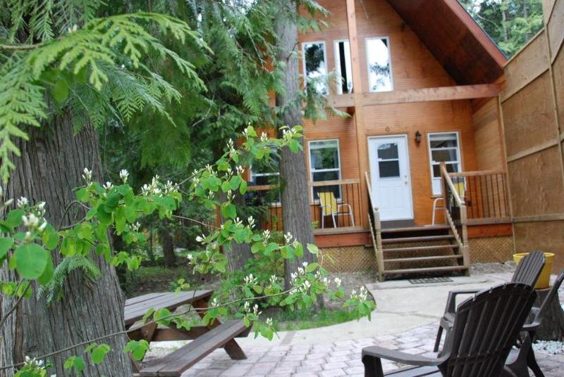 The Monashee Cabin is only 40 meters from the shore of Griffin Lake and offers beautiful scenery.