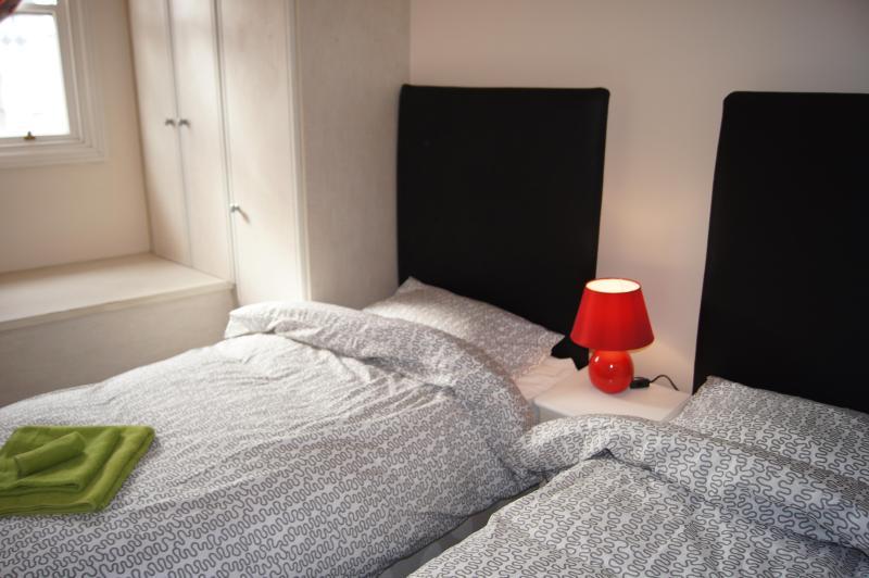 Quarto 1 com 2 single beds que cam ser definida uma cama king-size