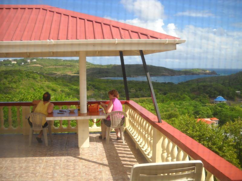 Vista lateral de la terraza con vistas al océano