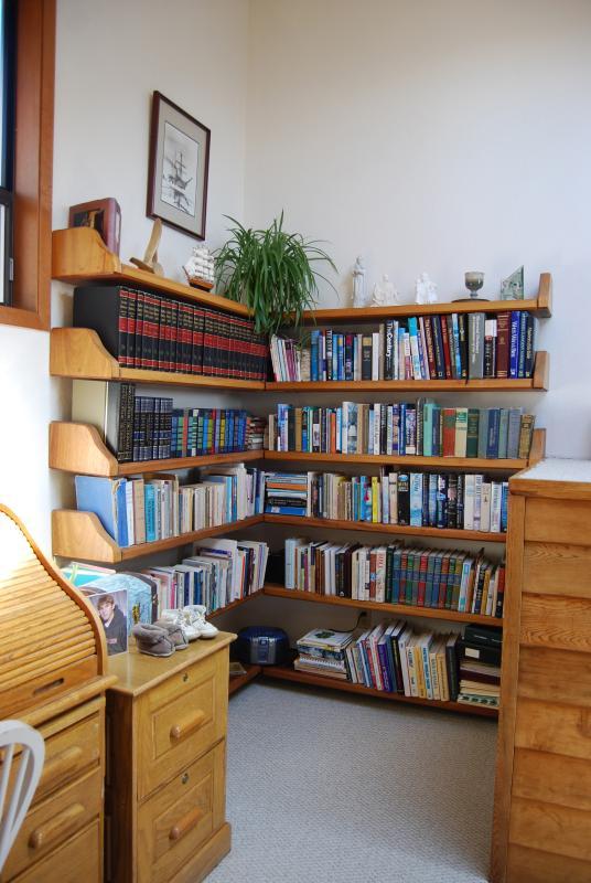 Pretty good library in den