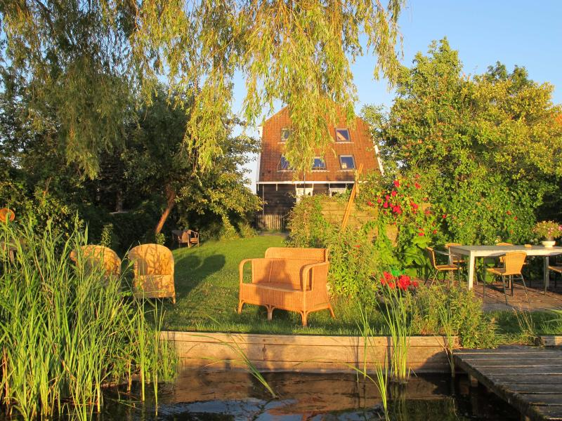 The Lake House, 20min from Amsterdam with views on the  the water, 2-6 pers, holiday rental in Amsterdam