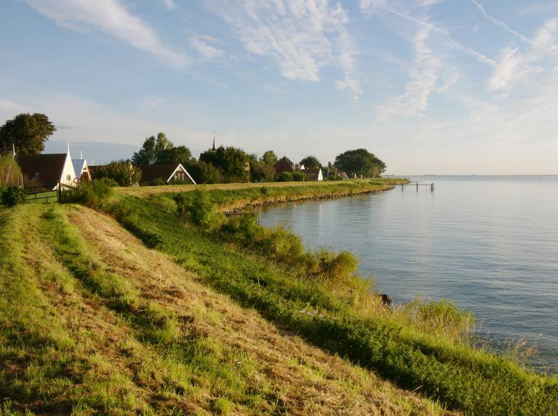 Uitdam, een dorp langs een Nederlandse Dijk