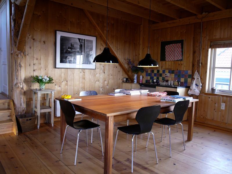 grote tafel met kleine keuken
