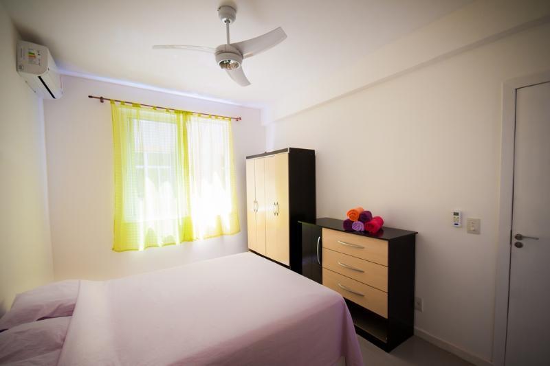 Chambre à coucher avec lit double + matelas simple