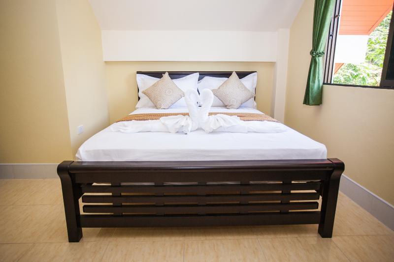 bedroom 1 :2 king bed, sleep 4 in each 2 bedroom + 2 in the living room in 2 sofa bed