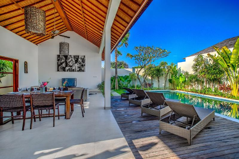 Open dining& living with direct pool access
