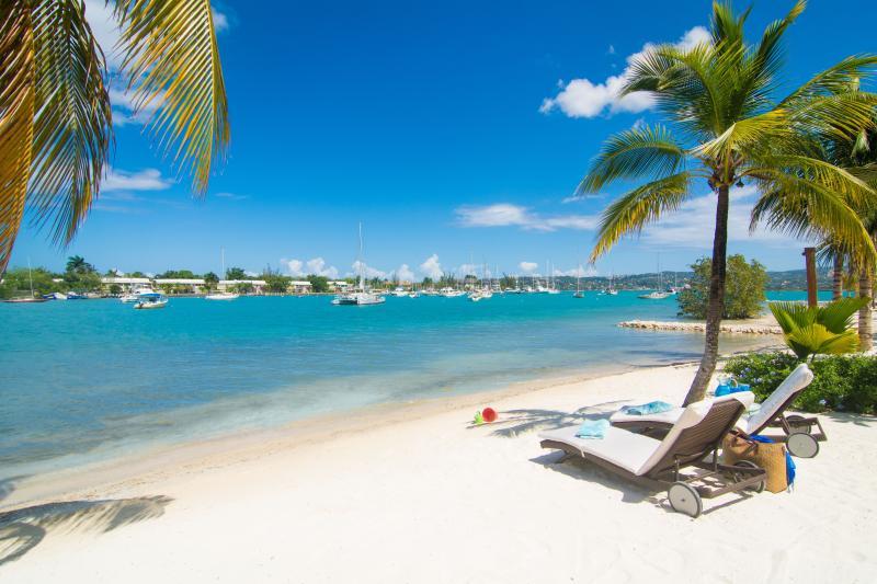 Praia do aconchegante enseada é pulverulenta e perfeito para banhos de sol jamaicano