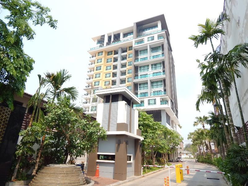 The Shine, right corner,just below the penthouse,180 degree view of CM,2 balconies