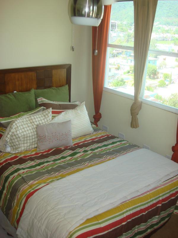 2 ° camera da letto con letto matrimoniale e armadio specchiato