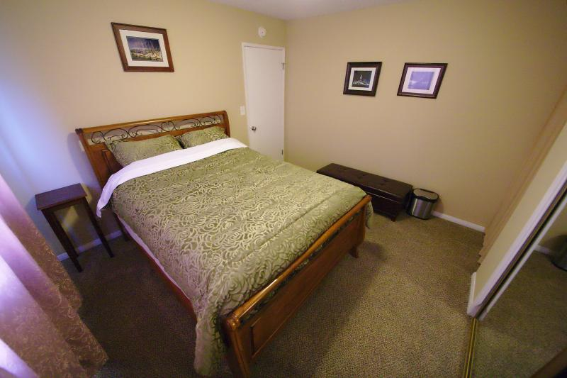 Lovely bedroom with 400 thread count sheets on a luxiourious Sealy queen mattress.