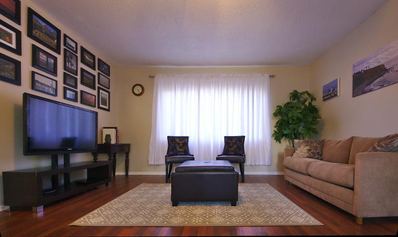Beau salon lumineux de zone.  Le canapé confortable dispose d'un lit avec literie gigogne dans l'Empire ottoman.