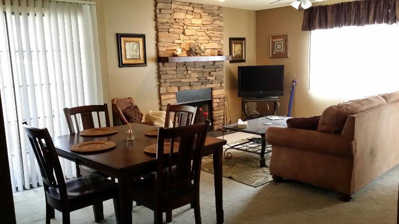 Close to Golf, Spring Training, East Valley, Fully Furnished 2bd 2ba Pool Hot Tub Fireplace, holiday rental in Mesa