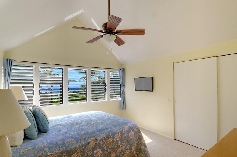 Dormitorio principal con vistas al océano, plana de 32 pulgadas de pantalla tv, dvd, wifi, ventilador de techo, cama queen