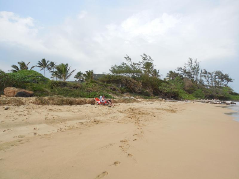 Bonita playa tranquila directamente en frente de condominio. A pie de la playa por millas, jugar en el surf