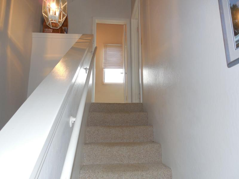 Escaleras que conducen a arriba dormitorio y baño.  Tiene la palabra superior en cuanto a ti mismo.