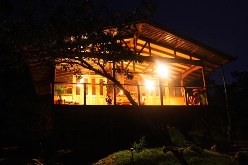 The cabina at night.