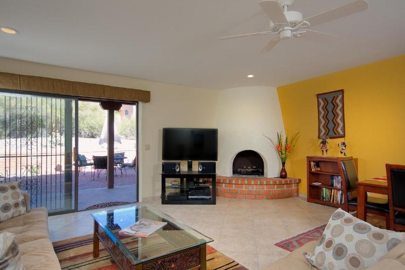 Vista de sala de estar olhando para o pátio traseiro