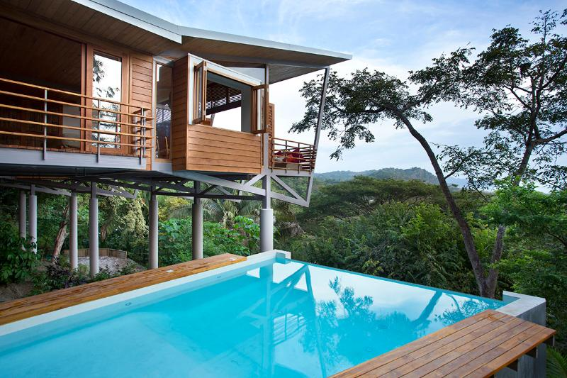 The Floating House - Stunning Ocean Views -Modern Tropical Luxury -Walk to beach, vacation rental in Santa Teresa