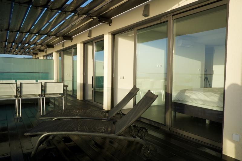 Ruim terras met panoramisch uitzicht op zee
