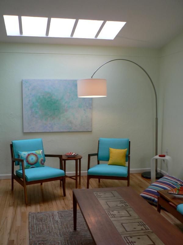 De woonkamer dakraam creëert een licht gevulde ruimte, Oost en Noord windows kijk op tuinen.
