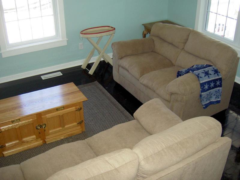 Sala de estar com sofá e poltrona.