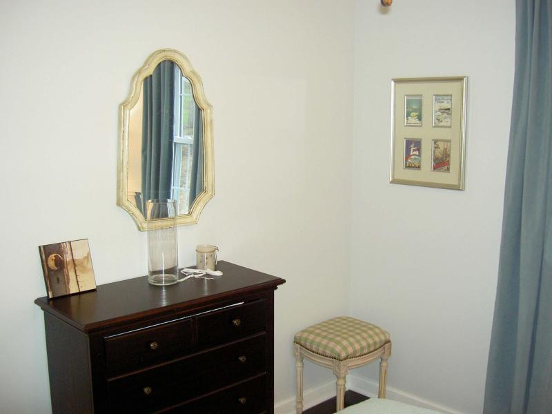 2 quartos com cama de tamanho cómoda e rainha. Amish fêz a janelas, piso de tábua de pinho, 2 roupeiros.