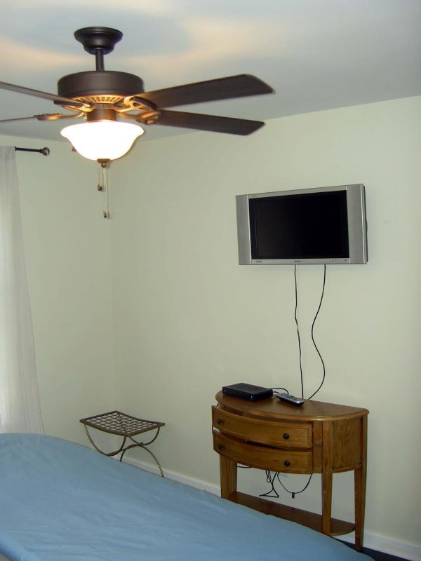 Quarto principal com flat screen tv e cabo. Teto ventilador e rei cama de tamanho.