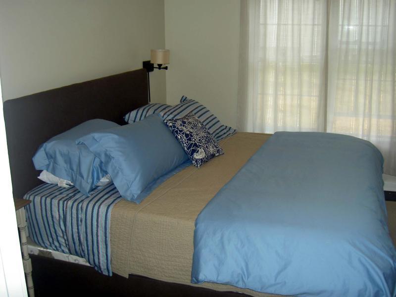 Quarto principal com cama king-size, flat screen tv e ligação por cabo.