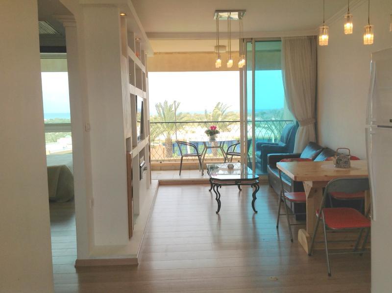 Salle de séjour, bolcony et chambre des maîtres avec mer vie