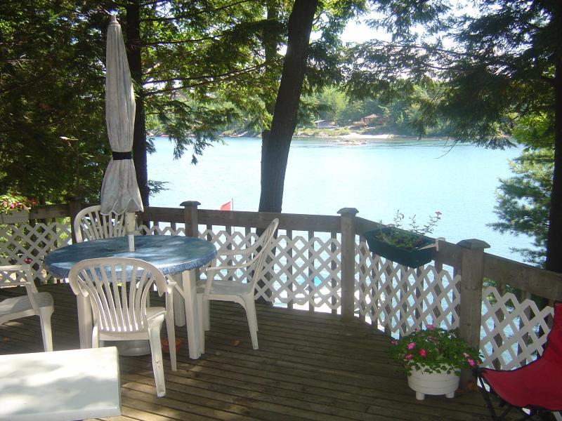 vista del agua de la cubierta en el cottage