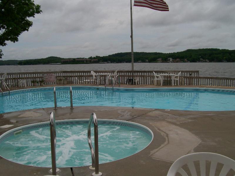 Il y a 2 belles piscines et bains à remous pour votre utilisation à Robinwood et Wrenwood