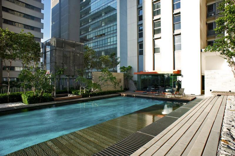 Piscina a sfioro all'aperto, piscina per bambini con giardino paesaggistico