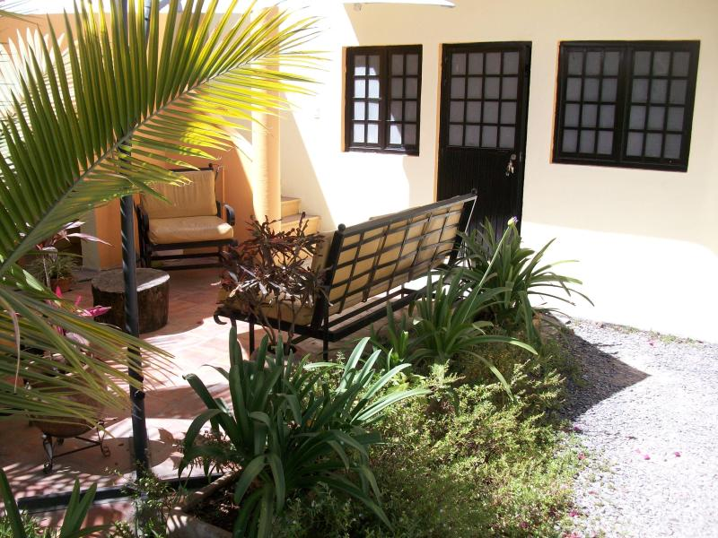 Friendly apt outside sitting area 2 blocks center, vacation rental in Tlaquepaque